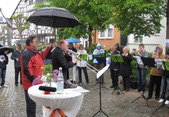 Bonemilch-Festmusik bei Regen